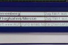 """Voranzeige von 2 künftigen Zügen, die beide ausfallen und daher mit Abfahrtszeit (und nicht Minutenangabe) und einem """"x"""" dargestellt werden"""