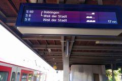 Voranzeige von 2 künftigen Zügen. Obwohl der Zug schon am Bahnsteig steht, gibt es für geteilte oder vereinigte Züge keine Detailansicht