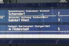 Neue Übersichtsanzeige am Bahnhofseingang Waiblingen mit gemischter Anzeige von Regional- und S-Bahn-Zügen