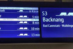 Anzeige von künftigen S-Bahn-Zügen auf den neuen zweigeteilten Displays.