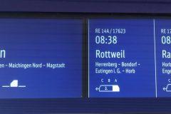 Gemischte Anzeige von künftigen S-Bahn- und Regionalzügen auf den neuen zweigeteilten Displays.