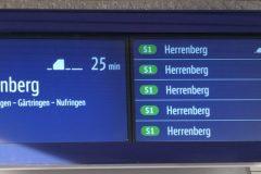Farbige Anzeige von künftigen Zügen der Linie S1 mit Minuten- und Zeitangabe