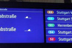Farbige Anzeige von S-Bahnen mit Zugvereinigung des nächsten Zuges.