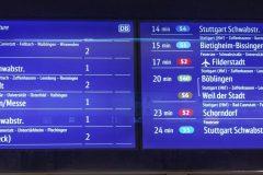 Neue farbige Zugvorschauanzeige an einem Abgang zum Bahnsteig der Station Stadtmitte