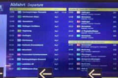 Informationsdisplay an einem Info-Häuschen der Station Hauptbahnhof mit gemischter Anzeige S- und Stadtbahn