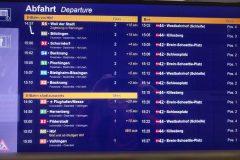 Informationsdisplay an einem Info-Häuschen der Station Schwabstraße mit gemischter Anzeige S-Bahn und Bus