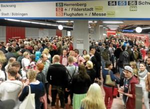 Auch am Gleis 101 Richtung Schwabstraße warteten nicht Wenige