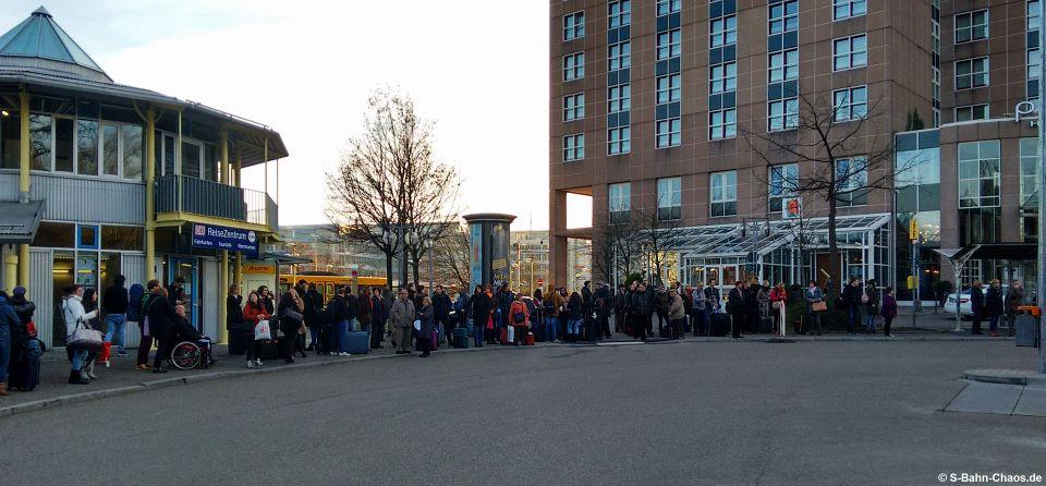 Warten auf den Schienenersatzverkehr in Stuttgart-Vaihingen