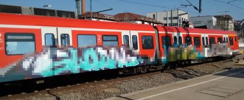 5 Minuten später ein weiterer Zug mit Graffiti