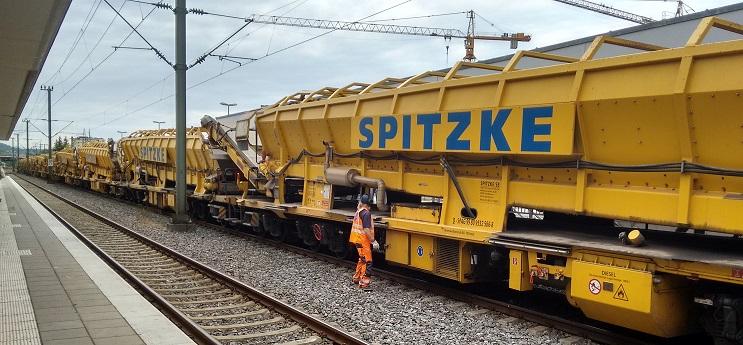 Ein Gleisbauzug wartet im Bahnhof Böblingen auf seinen Einsatz