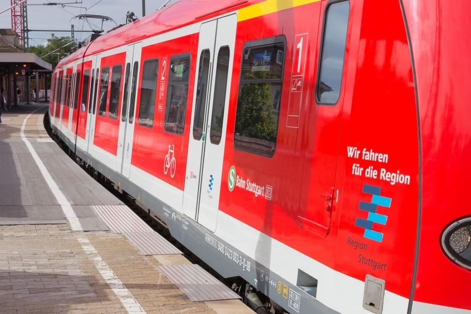 Spalt und Höhenunterschied erschweren den Ein- und Ausstieg am Bahnsteig 1 in Feuerbach