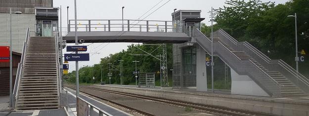Aufzüge und Treppen zur Brücke über die Gleise am Bahnhof Bondorf